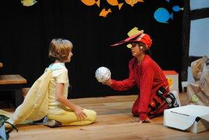 kostümierte Kinder auf der Bühne beim Persönlichkeitstraining und Musiktheater in Christels Scheune