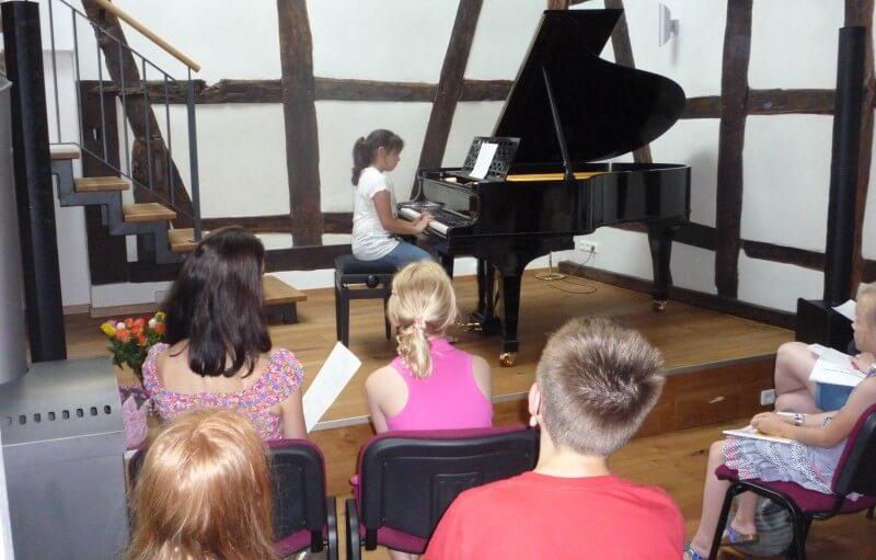 Schülerin beim Klaviervortrag in Christels Scheune Hanau