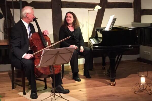 Heinz Wunsch am Cello, Christel Veciana am Klavier in Christels Scheune