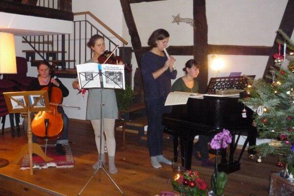 Musizieren am Weihnachtsbaum in Christels Scheune Hanau