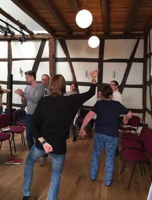 Seminarteilnehmer beim Tanzen in Christels Scheune Hanau Training Coaching