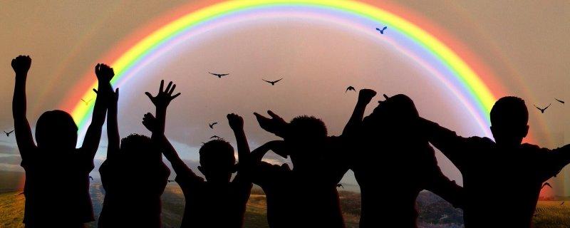 jubelnde Menschen unterm Regenbogen Vernetzung in Christels Scheune Coaching Hanau