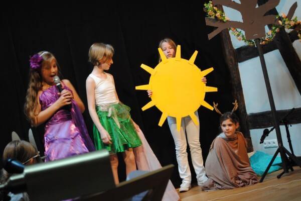 verkleidete Kinder auf der Bühne Coaching Training Hanau