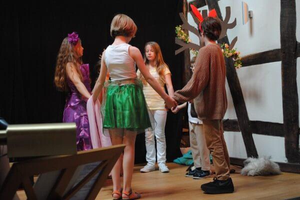 Kreis mit Kindern Bühne Christels Scheune Hanau Coaching und Training