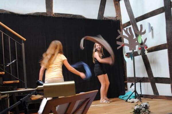 Kindermusiktheater in Christels Scheune Hanau tanzende Kinder