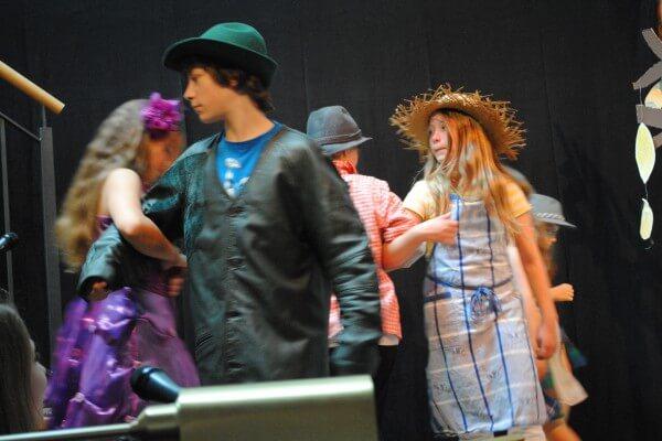 tanzende Kinder beim Kindermusiktheater in Christels Scheune, Hanau