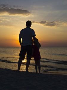 Vater mit Kind am Meer vertrauensvolle Beziehung Coaching Hanau