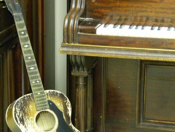 Gitarre am Klavier zum Konzert in Christels Scheune Hanau