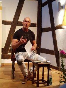 Dieter M. Hörner in Christels Scheune Hanau bei Lesung