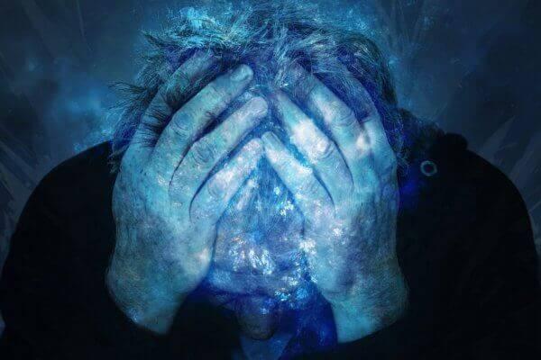 Kopf in Hände gestützt blau glitzernd Hilfe bei Krise in Christels Scheune Coaching Hanau