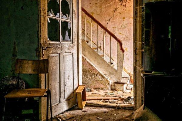 Verfallenes Treppenhaus als Bild für Vergangenheit Blogbeitrag Christels Scheune Hanau