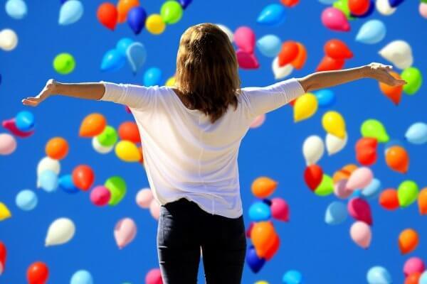 Frau vor Himmel mit bunten Ballons zum Blogbeitrag Christels Scheune