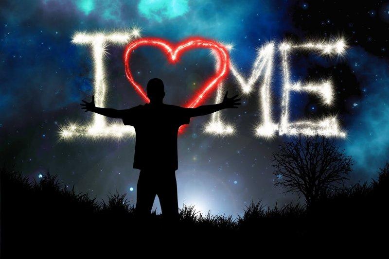 Mann umarmt Herz Selbstliebe lernen in Christels Scheune