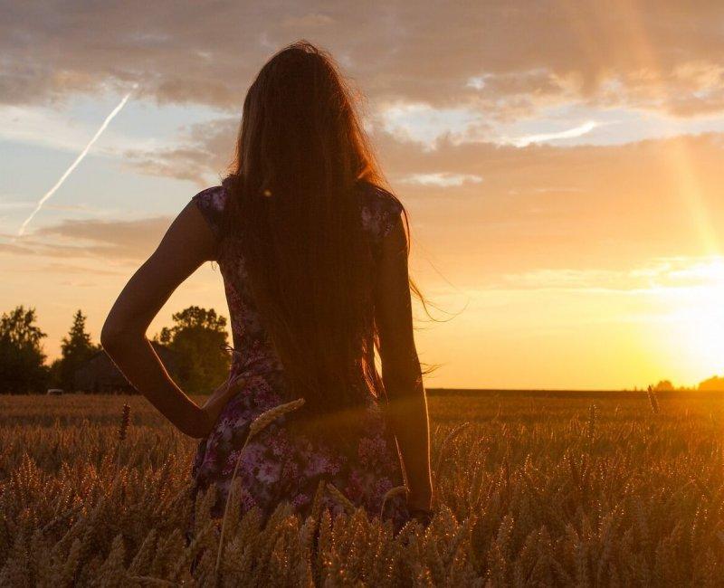 Frau im Sonnenuntergang Entspannung Coaching Hanau