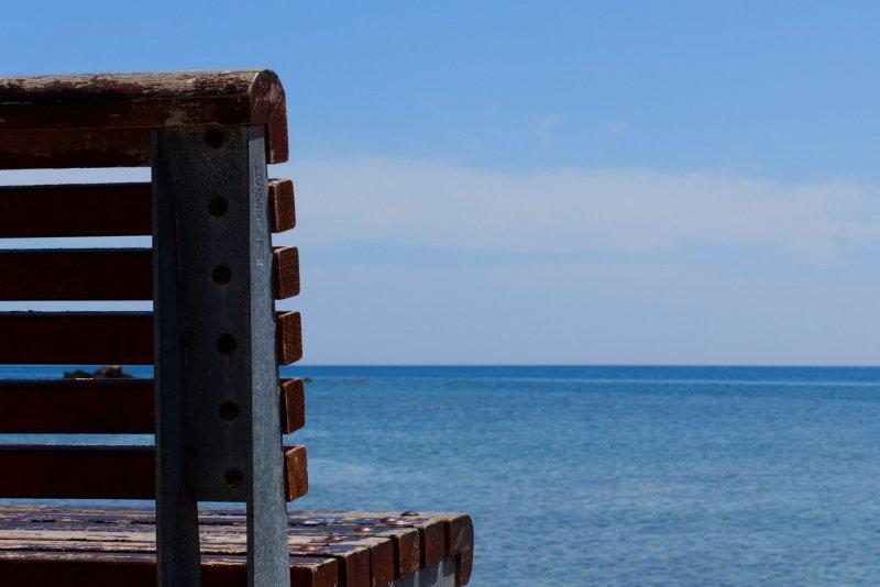 Bank vor Meer als Sinnbild für Urlaub Christels Scheune Hanau Coaching Beratung Seminare