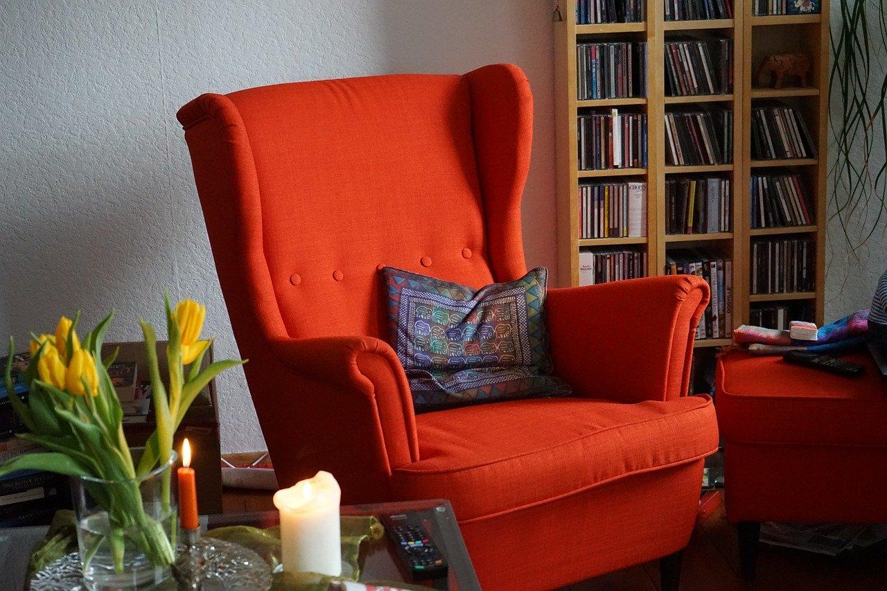 Sessel und Regal als Symbol für einen inneren Ort der Erholung Christels Scheune Hanau Coaching