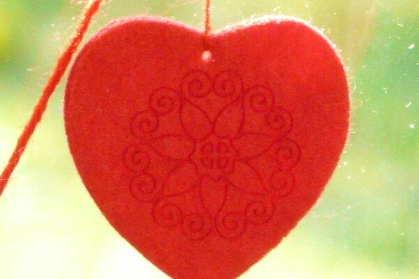 roter Faden mit Herz Symbol für den roten Faden des Lebens Caoching Hanau Christels Scheune